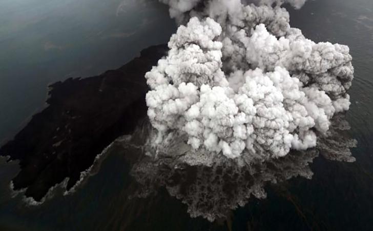 Foto-letusan-gunung-Anak-Krakatau-di-Selat-Sunda.jpg