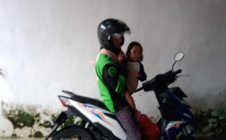 Foto-pengemudi-ojol-yang-viral-bawa-anaknya-saat-narik.jpg