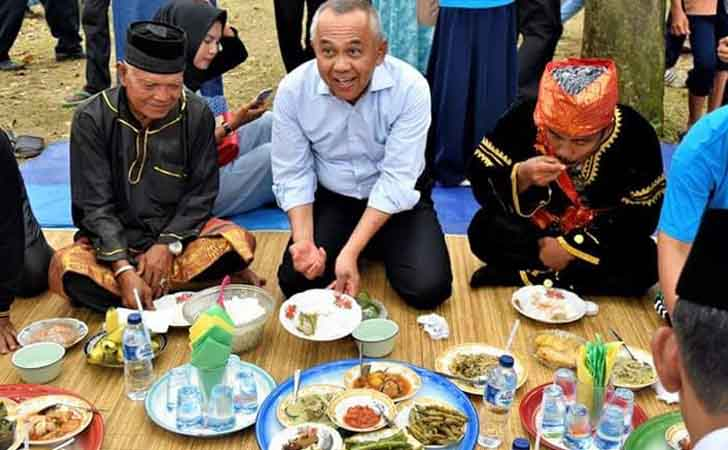 Gubernur-Riau-Andi-Rachman-Makan-Bajambau.jpg
