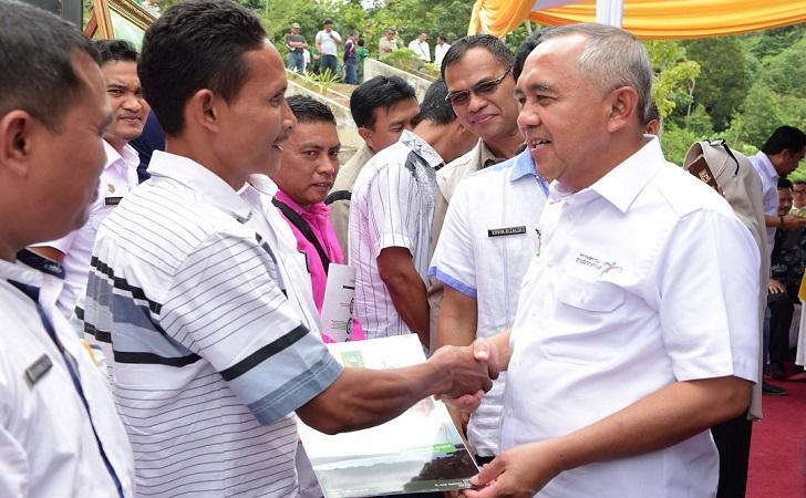 Gubernur-Riau-Arsyadjuliandi-Rachman-serahkan-bantuan.jpg