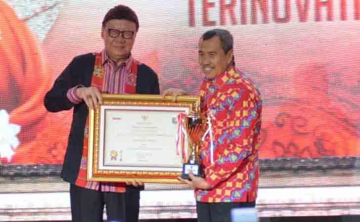Gubernur-Riau-Terima-Penghargaan.jpg