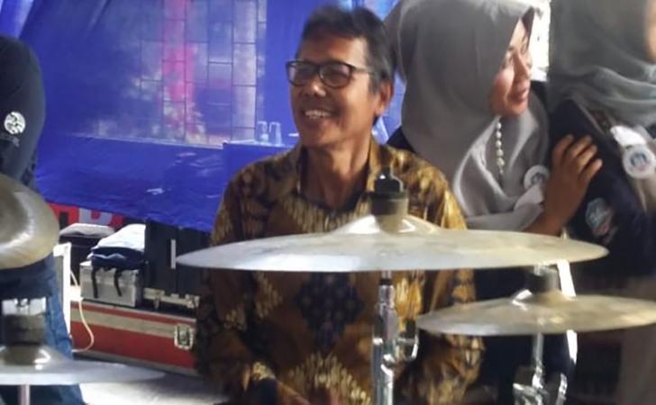 Gubernur-Sumbar-Irwan-Prayitno-bermain-drum-di-Reuni-SMA-Negeri-3-Padang.jpg