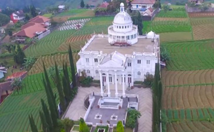 Heboh-gedung-putih-mirip-istana-di-Karanganyar-Jawa-Tengah.jpg
