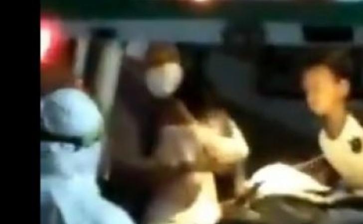 Ibu-dan-anak-dijemput-ambulans-karena-tertular-covid-19.jpg