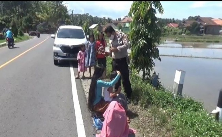 Ibu-muda-berjemur-berjam-jam-di-jalanan-di-Tanggamus-Lampung.jpg