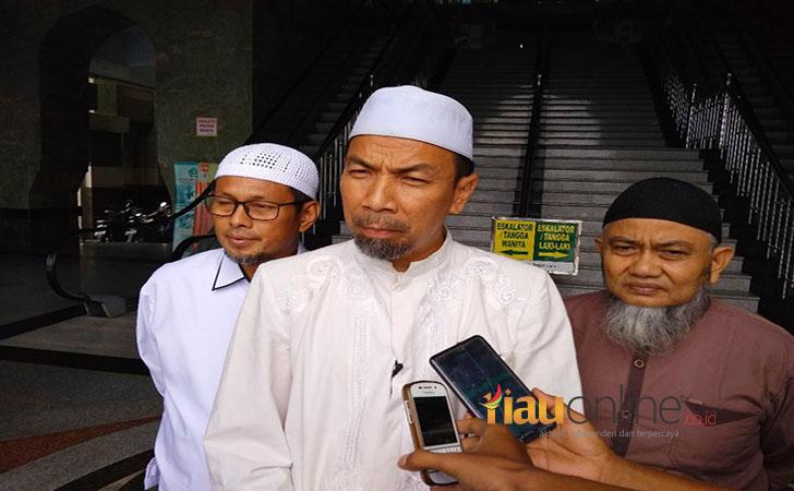 Imam-Besar-Masjid-Raya-An-Nur-Provinsi-Riau-Ustad-Musthafa-Umar.jpg