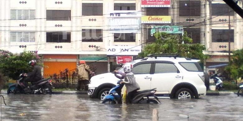 Jalan-HR-Subrantas-Banjir.jpg