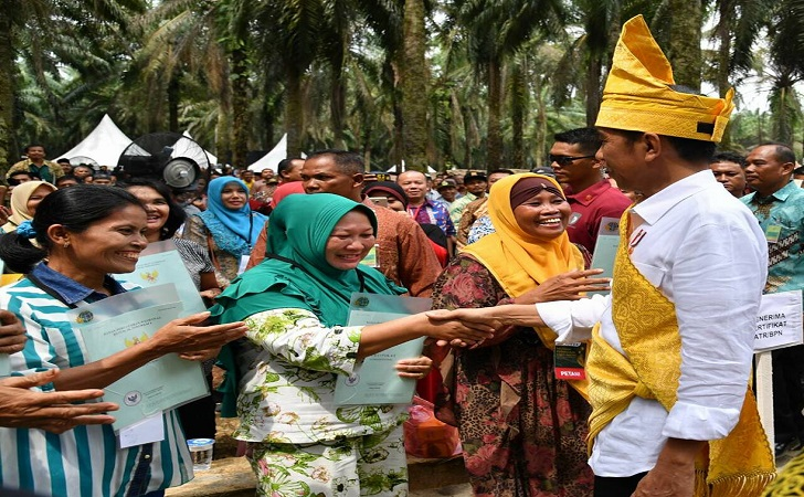 Jokowi-bagi-sertifikat2.jpg