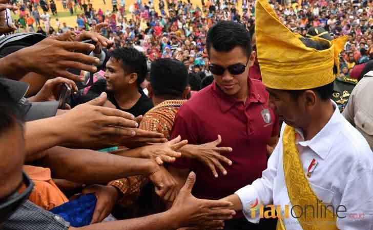 Jokowi-dengan-Tanjak-Melayu.jpg