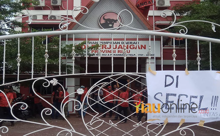 Kantor-DPD-PDIP-Riau-disegel.jpg