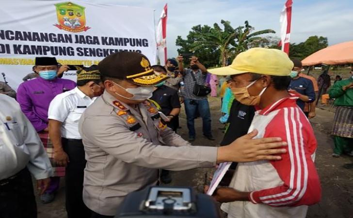 Kapolda-Riau-Bersama-Warga.jpg