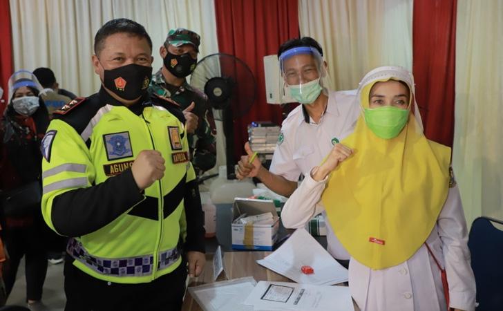 Kapolda-Riau-Tinjau-Vaksinasi-di-Kampar.jpg