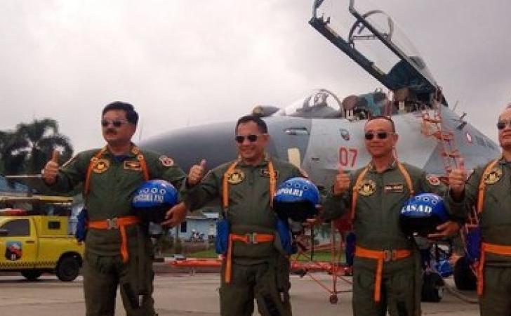 Kapolri-dan-Panglima-TNI-Naik-Sukhoi.jpg