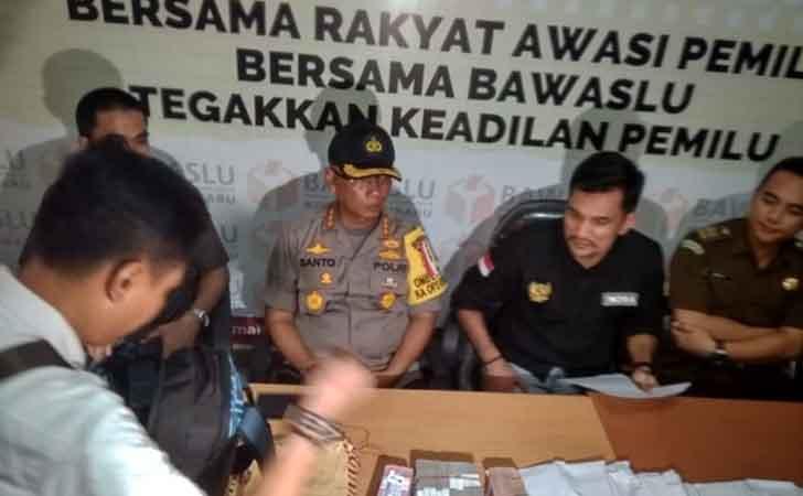 Konferensi-Pers-Tangkap-Tangan-Bawaslu-Riau.jpg