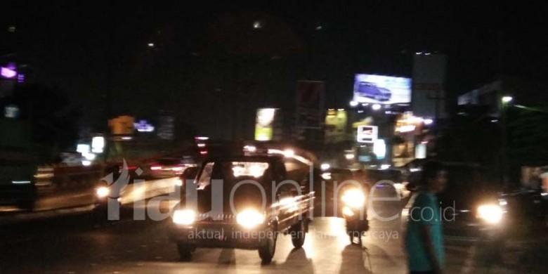 Lampu-Jalan-di-Fly-Over-Sudirman-Harapan-Raya-Padam.jpg
