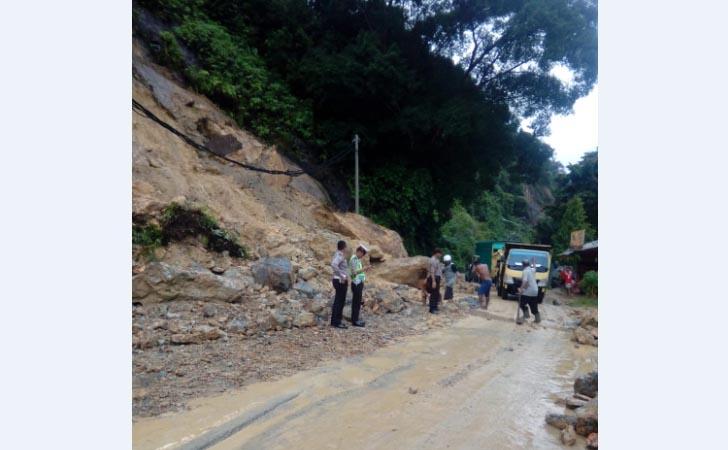 Longsor-di-Jalan-Riau-Sumbar.jpg