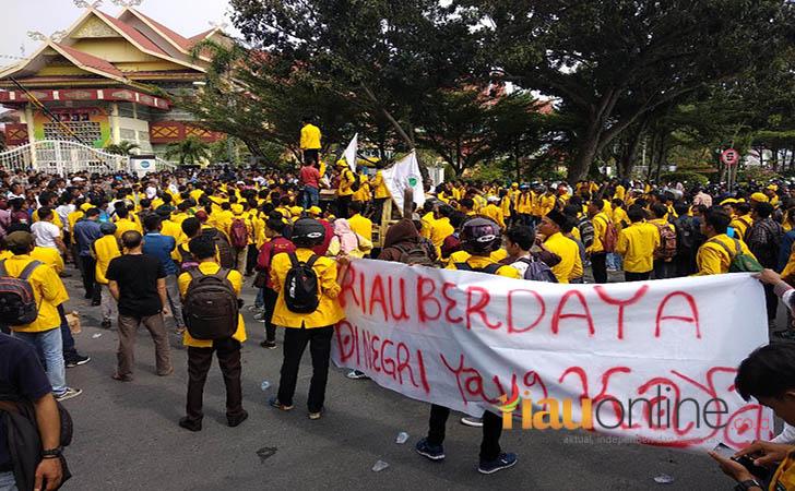 Mahasiswa-bentangkan-spanduk-tengah-jalan.jpg