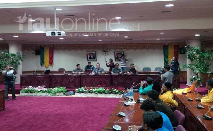 Mahasiswa-disambut-DPRD-Riau.jpg