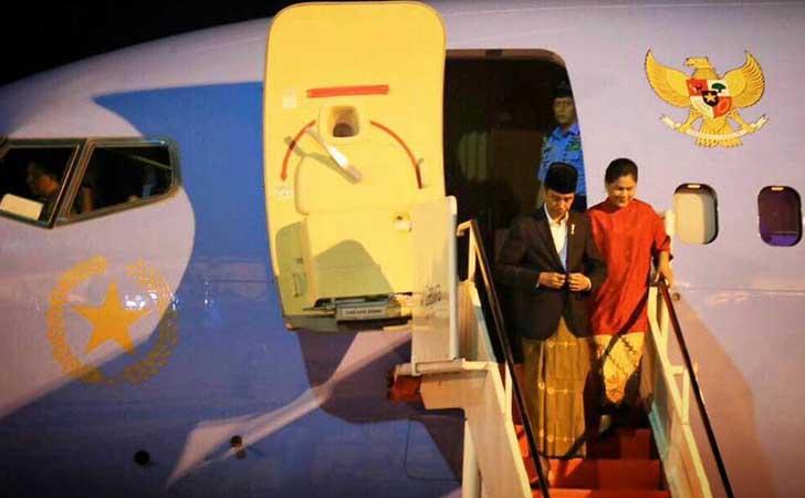 Mendarat-Jokowi-Pakai-Sarung.jpg