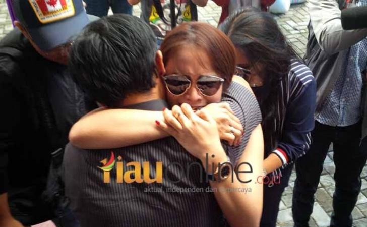 Momo-menangis-di-pelukan-abangnya.jpg