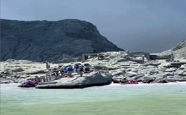 Orang-orang-menunggu-untuk-dievakuasi-di-tengah-asap-dari-letusan-gunung-berapi-Whakaari.jpg
