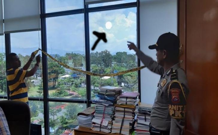 Peluru-nyasar-masuk-ke-gedung-Univeritas-Negeri-Padang.jpg