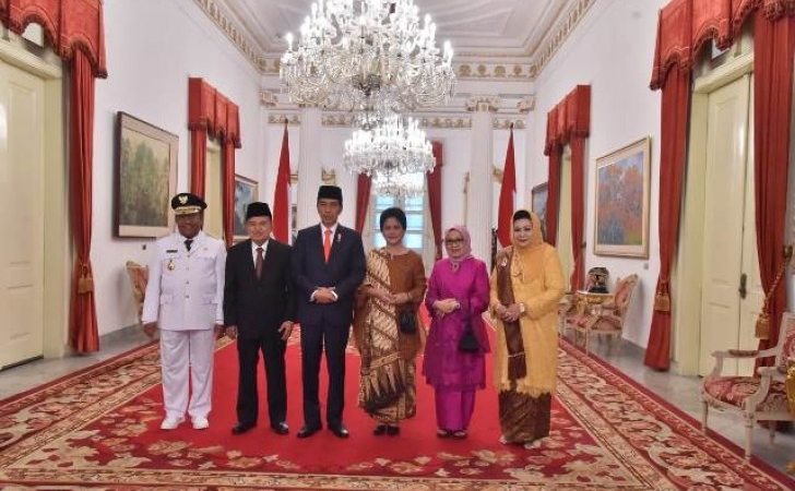 Pemberian-gelar-adat-untuk-Jokowi.jpg