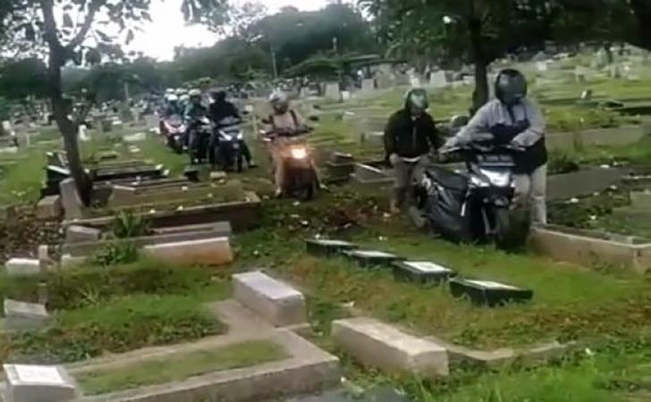 Pemotor-lewat-kuburan-hindari-macet-Jakarta.jpg
