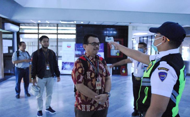 Pengukuran-suhu-tubuh-karyawan-dan-mitra-kerja-PT-Chevron-Pacific-IndonesiaRumbai.jpg