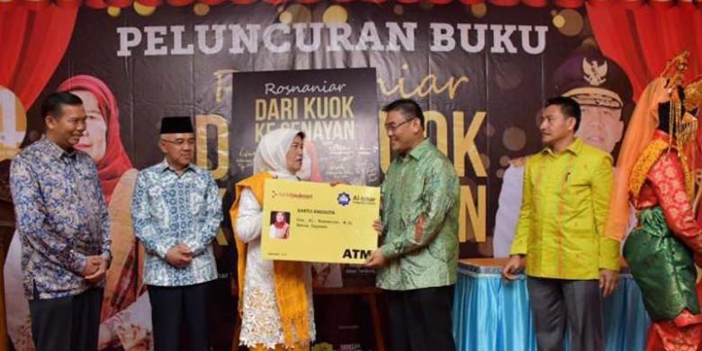 Penyerahan-Simbolis-Kartu-ATM-Bank-RiauKepri.jpg