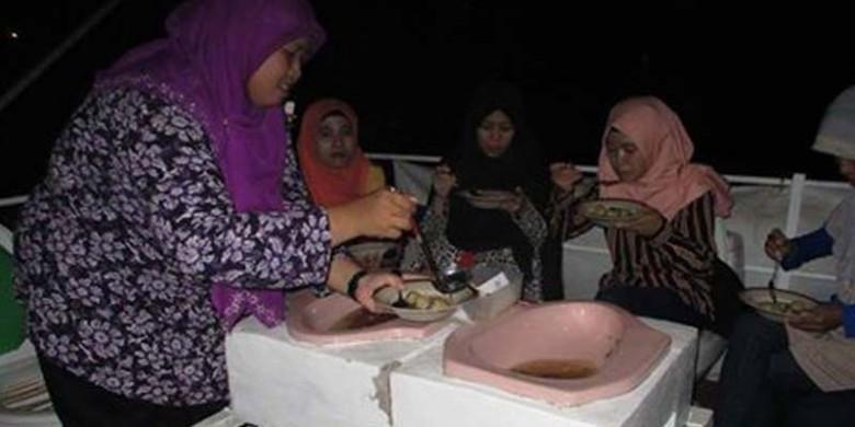 Perempuan-Berhijab-Juga-Ikut-Makan.jpg