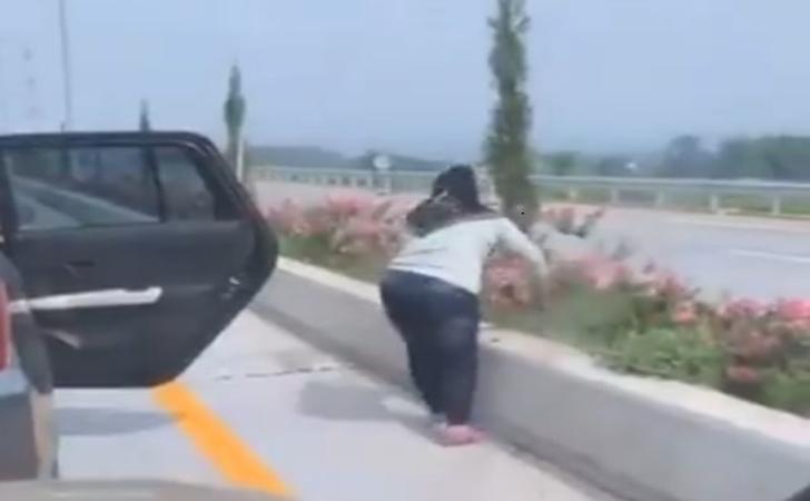 Perempuan-yang-viral-mencuri-bunga-sepatu-di-median-jalan-tol-Malang-Pandaan.jpg