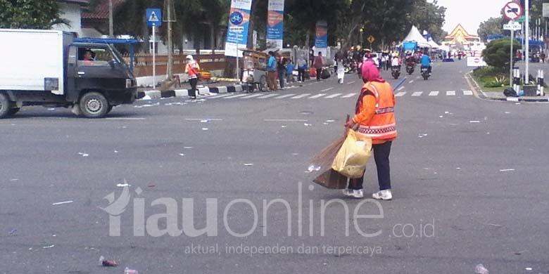 Petugas-Sapu-Sampah-di-Car-Free-Day.jpg