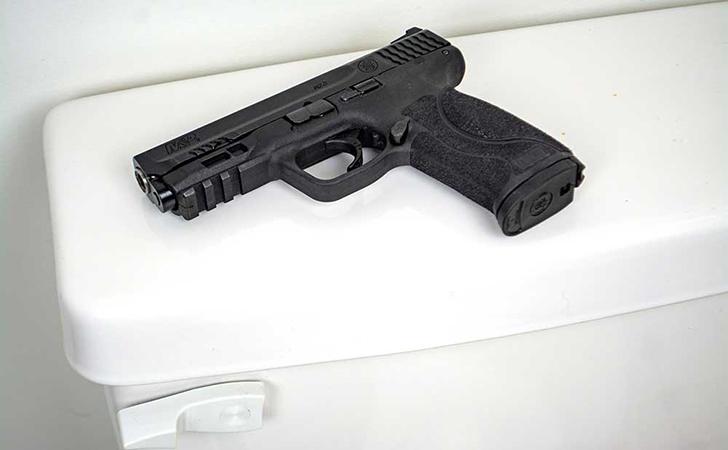 Pistol-ketinggalan-di-Toilet.jpg