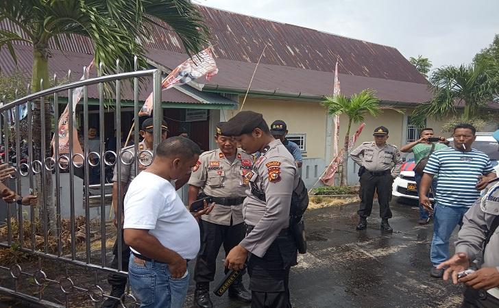 Polisi-bejaga-di-kantor-kpu.jpg