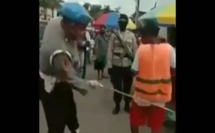 Polisi-cambuk-warga.jpg