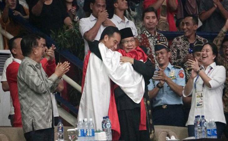 Prabowo-dan-Jokowi-berpelukan.jpg