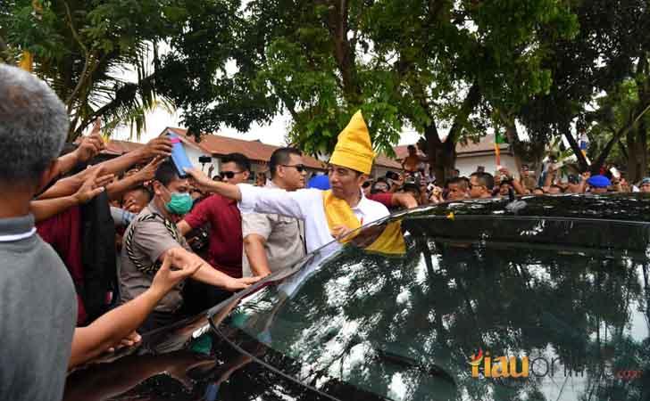 Presiden-Jokowi-dengan-Tanjak-Melayu.jpg
