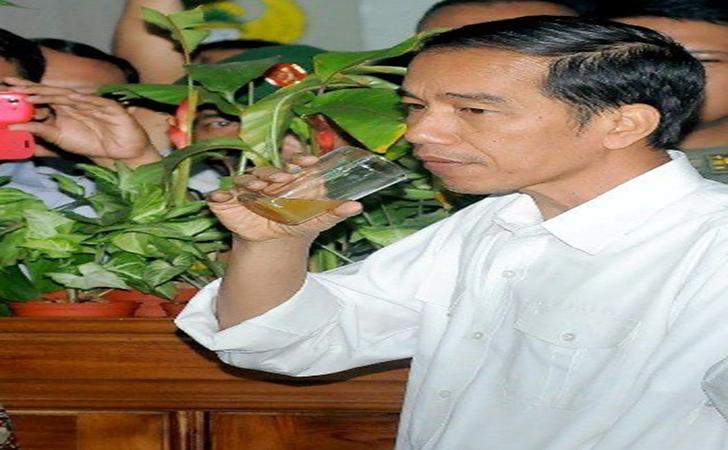 Presiden-Jokowu-minum-Jamu.jpg