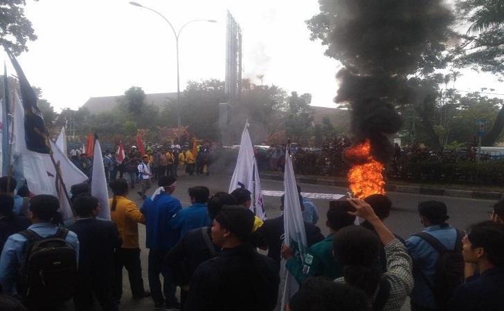 Ratusan-mahasiswa-melakukan-aksi-bakar-ban.jpg