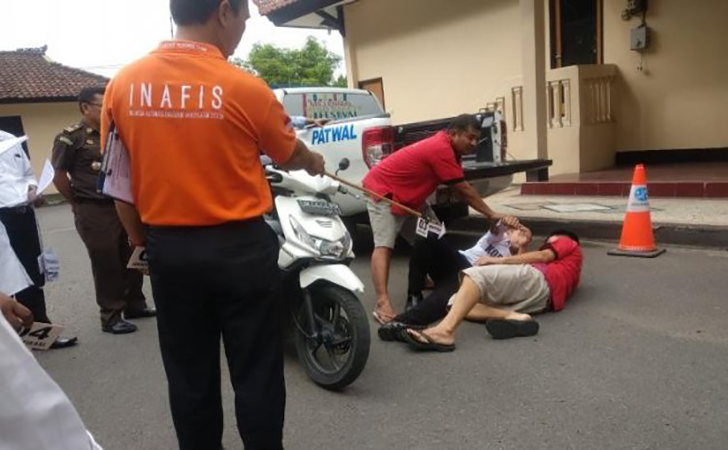 Rekonstruksi-kasus-sembilan-polisi-keroyok-Zainal-Abidin-hingga-tewas.jpg