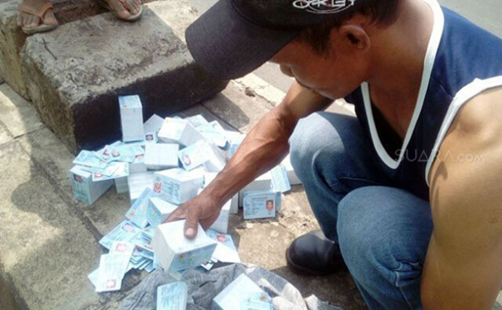 Ribuan-E-KTP-berceceran-di-Jalan-Salabenda-Bogor.jpg