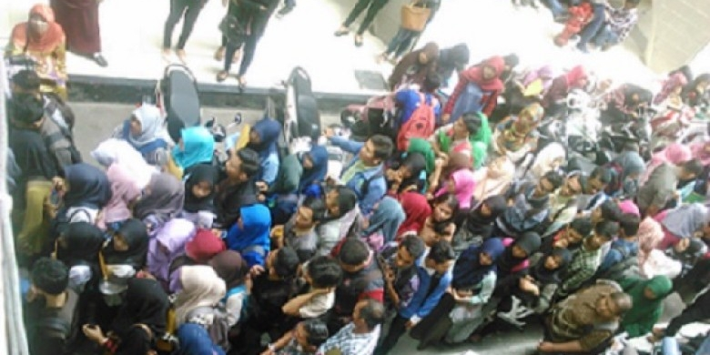 Ribuan-Mahasiswa-Mengular-di-Gedung-Pemprov-Riau.jpg