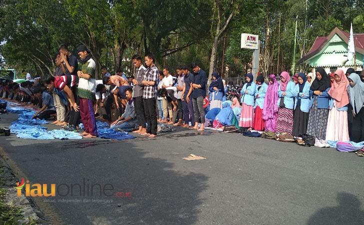 Ribuan-mahasiswa-yang-berunjuk-rasa-salat-Ashar-di-jalanan.jpg