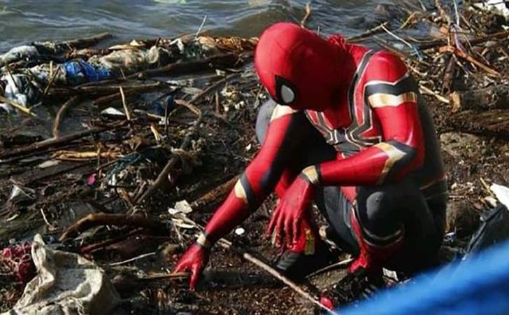 Rudi-Hartono-berpakaian-Spiderman-mengumpulkan-sampah-di-pantai.jpg