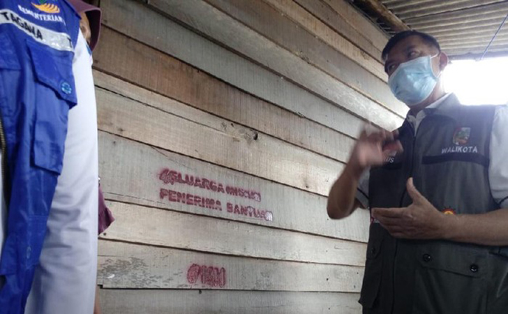Rumah-Warga-penerima-bantuan-diberi-tulisan-keluarga-miskin.jpg