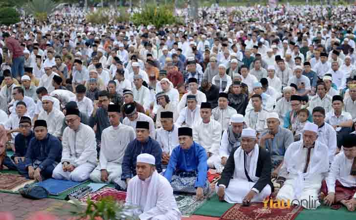 Salat-Idul-Fitri-di-Halaman-Masjid-Agung.jpg