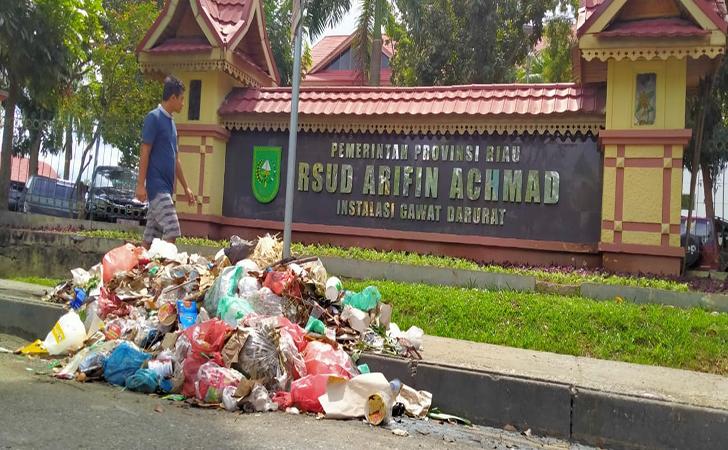 Sampah-di-depan-RSUD-Arifin-Achmad2.jpg