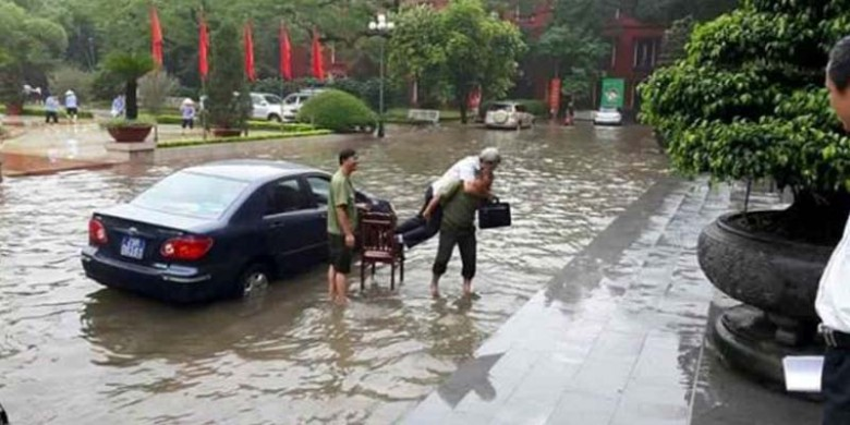 Satpam-Gendong-Pejabat-Vietnam.jpg