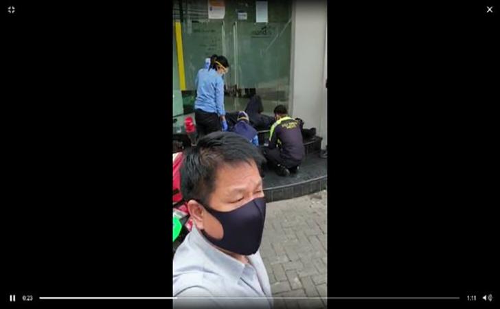 Sebuah-video-yang-memperlihatkan-seorang-satpam-pingsan.jpg